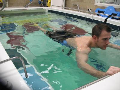 Выполнение упражнений в воде