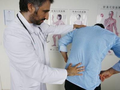 К какому врачу идти при болях в спине