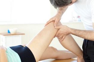 При серьезных травмах сразу назначают физиотерапевтическое лечение и массаж