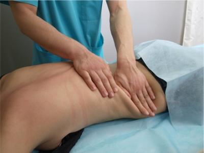 Ручной массаж поясницы